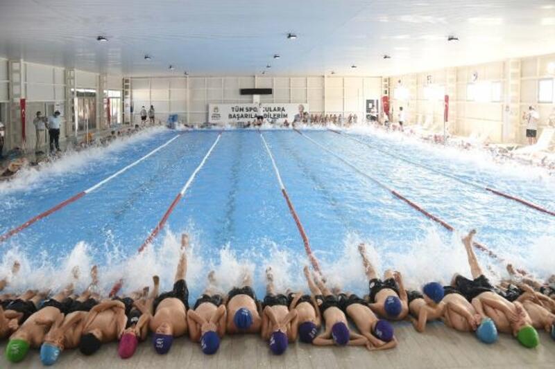 Adana Büyükşehir Belediyesi'nden çocuklar için yüzme kursu