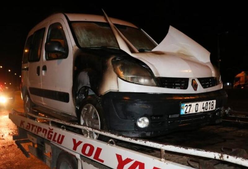 Hafif ticari araç seyir halinde yandı