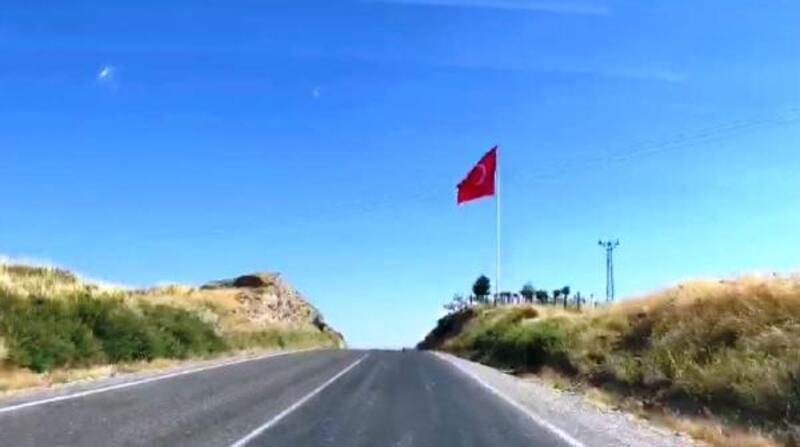 Samsat'ın girişine dev Türk bayrağı