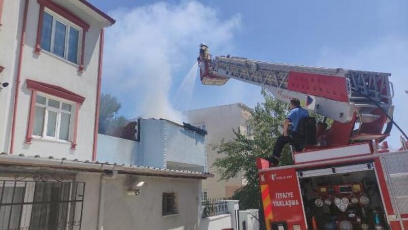 Evin çatısında çıkan yangında yaşlı kadın dumandan etkilendi
