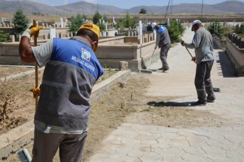 Melikgazi'de mezarlıklar bayrama hazır