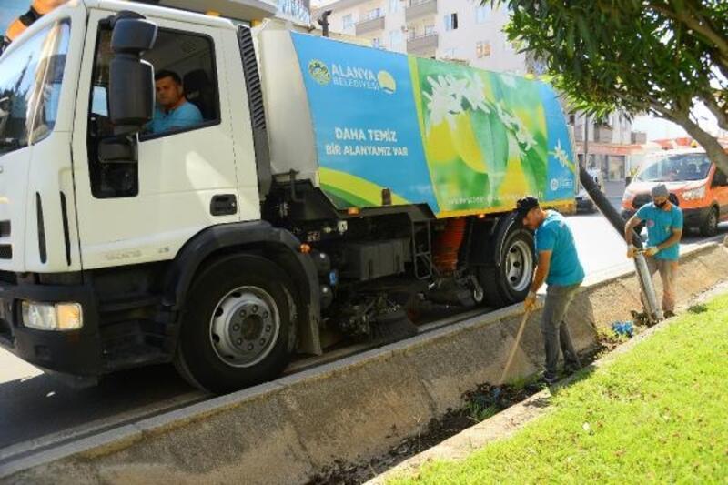 Alanya Belediyesi'nden bayram öncesi refüjlerde temizlik