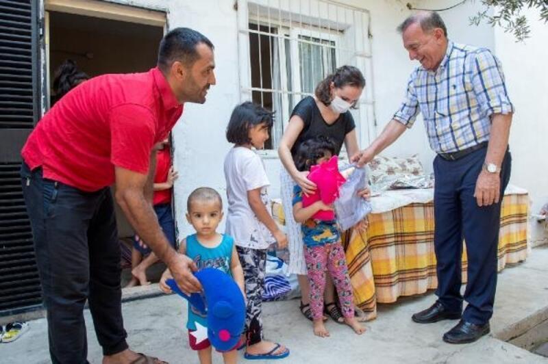Akay, belediye çalışanları ve çocuklarla bayramlaştı