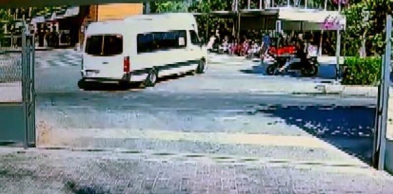 Motosikletin minibüse çarptığı anlar kamerada