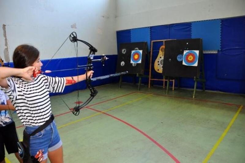 Finike'de okçuluk ve badminton kursu