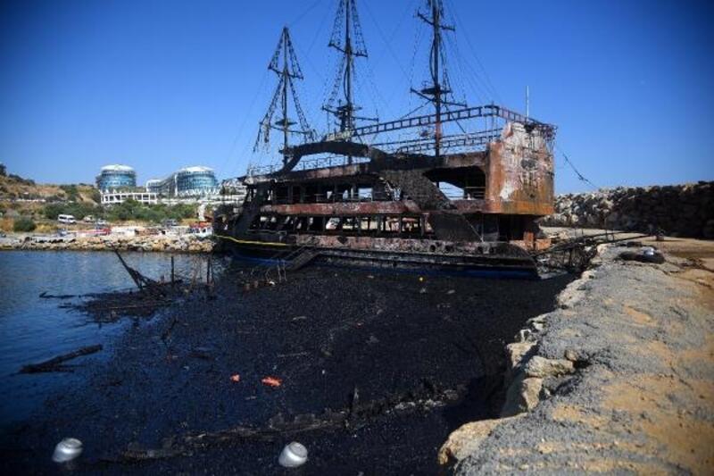 Yanan tur teknelerinin atıkları temizleniyor