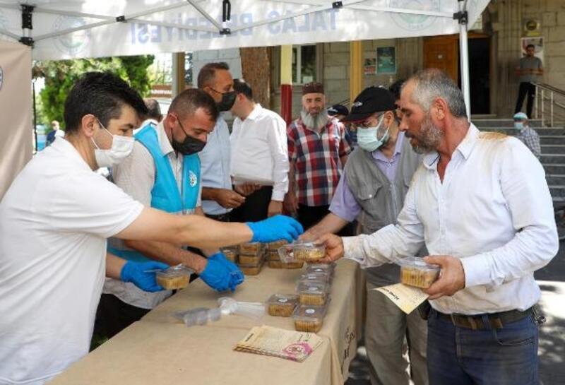 Talas Belediyesi, vatandaşlara aşure ikram etti