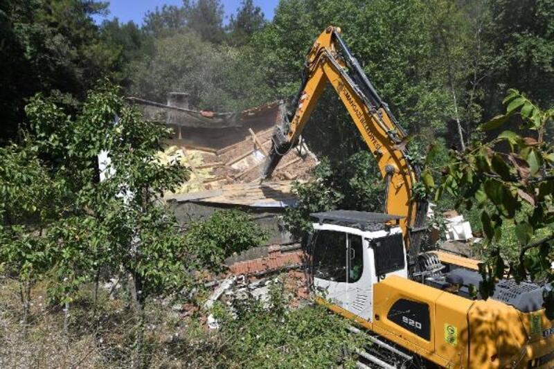 Osmangazi Belediyesi ekipleri, kaçak binayı yıktı