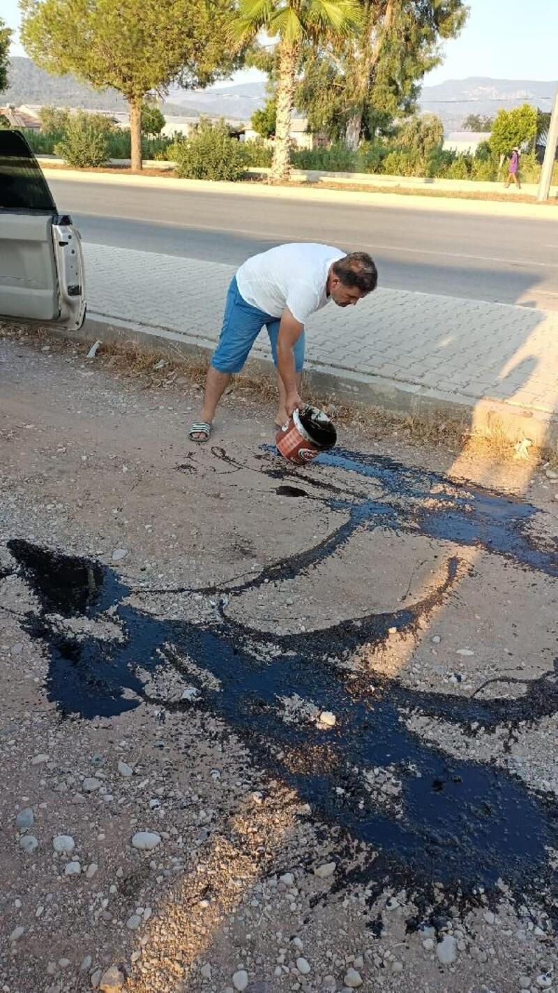 Tozdan kurtulmak için yola yanık yağ döktü
