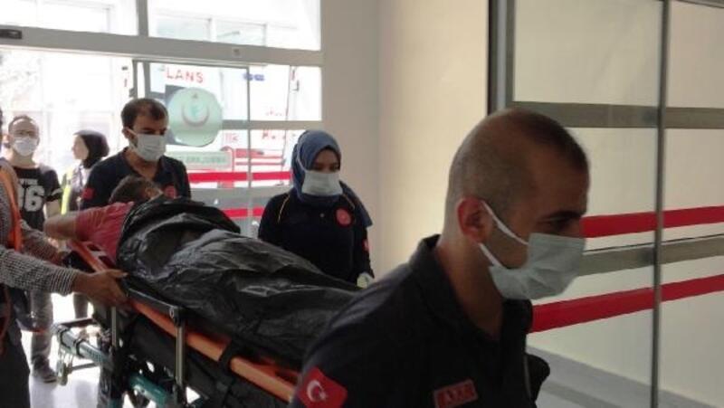 Bir kısmı çöken iskeleden düşen işçi, yaralandı