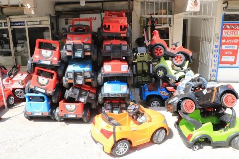 Çocukların bozulan oyuncak ve akülü arabalarını tamir ediyor
