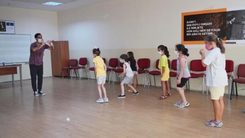 Küçükçekmece'de çocuklar, yaz atölyelerinde eğlenirken öğreniyor