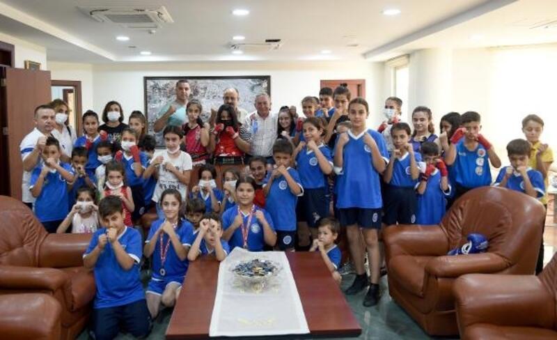 Akay, Seyhan Belediyespor'un şampiyon sporcularını ödüllendirdi