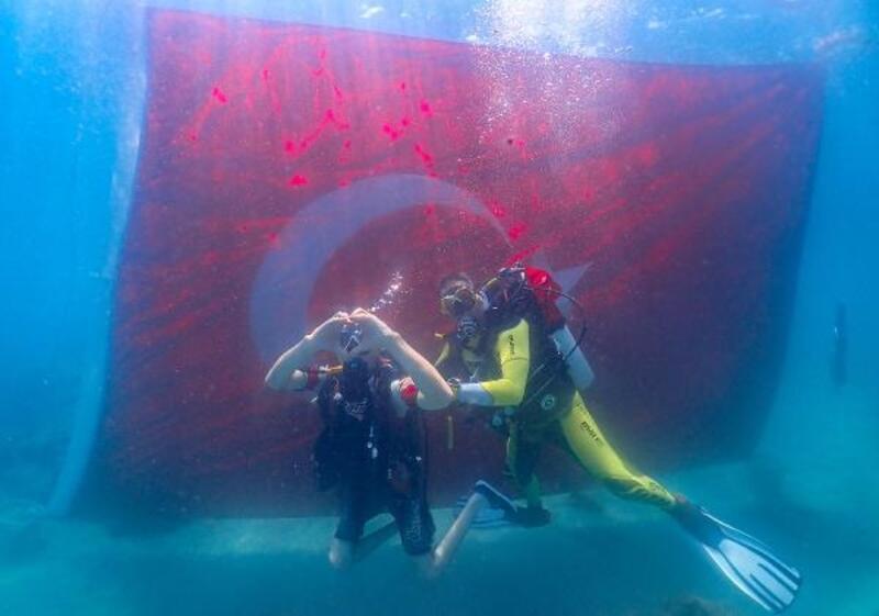 Engelliler su altında ve üstünde 30 Ağustos'u kutladı