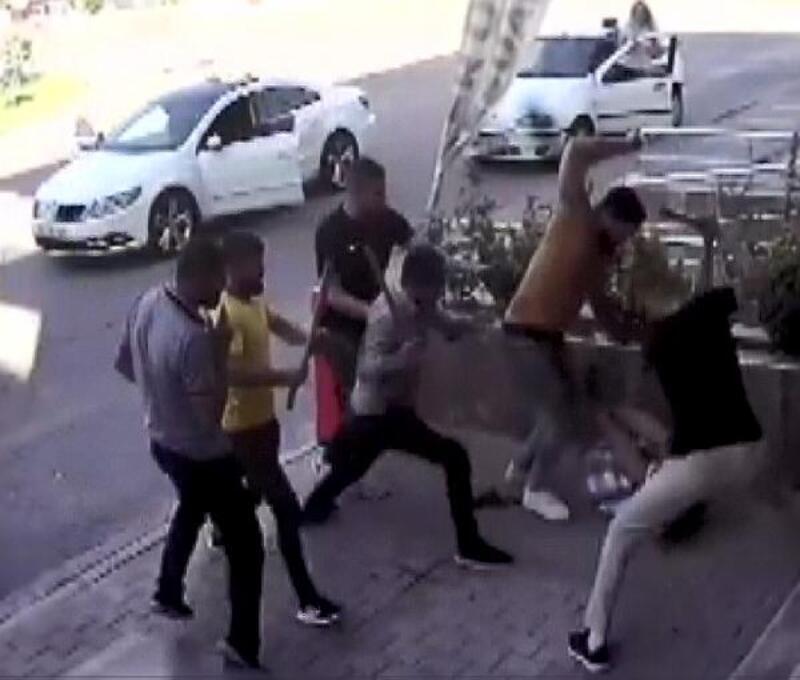 6 kişinin otomobil aksesuarcısını sopalarla darp etmesi güvenlik kamerasında