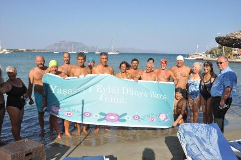 Datça'da yüzücüler 'dünya barışı' için kulaç attı