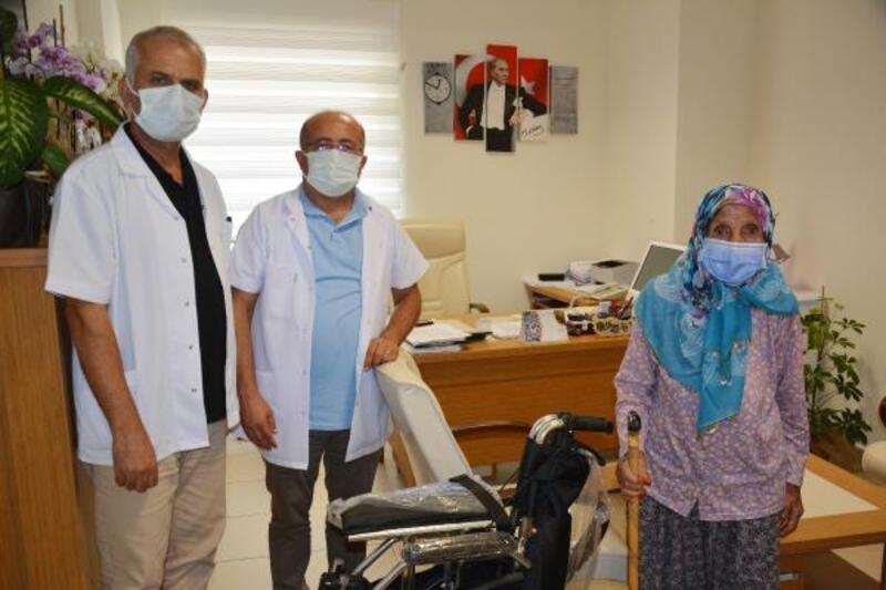 Kendisi ve eşi adına tekerlekli sandalye bağışladı