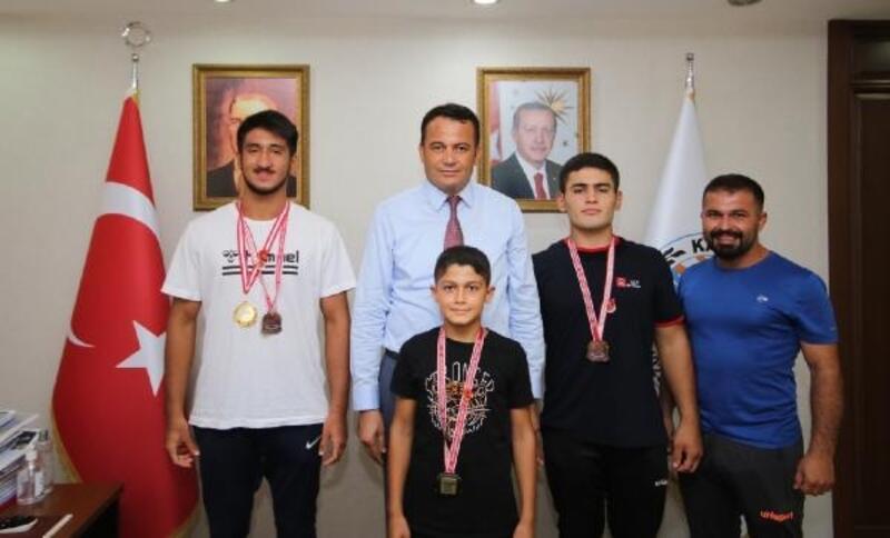 Başkan Ulutaş, genç güreşçileri ödüllendirdi