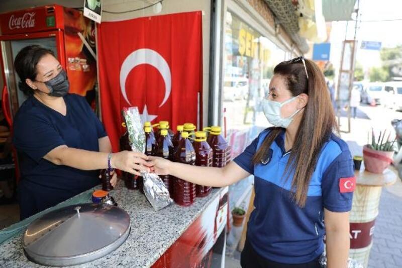 Yüreğir Belediyesi zabıta ekipleri esnafa gül dağıttı
