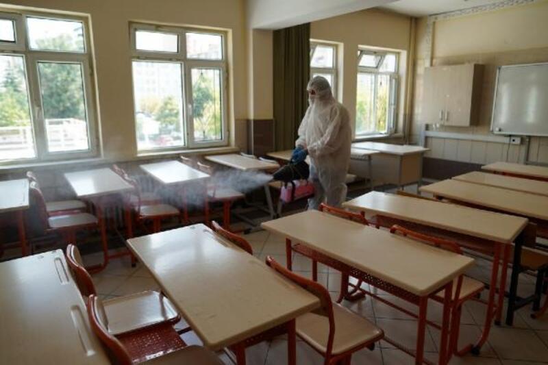 Melikgazi'de okullar yeni eğitim dönemi öncesi ilaçlandı