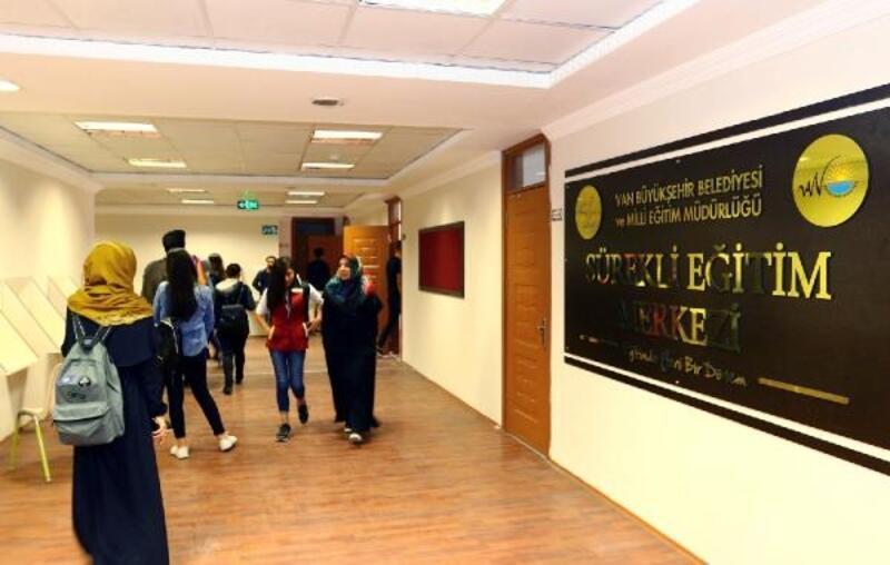 Van Büyükşehir Belediyesi'nin Sürekli Eğitim Merkezi 303 genci üniversiteli yaptı