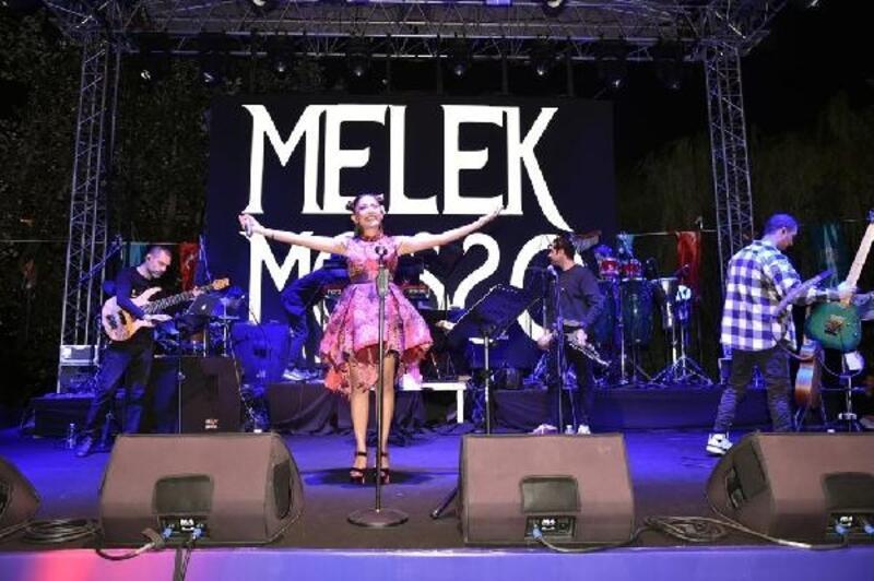 Melek Mosso, Sanatçılar Parkı'nda müzikseverlerle buluştu