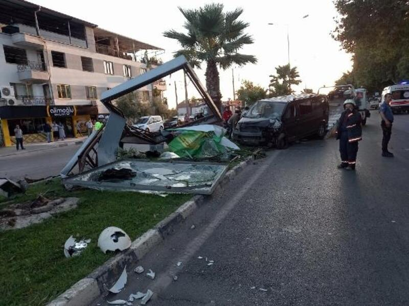 Tarım işçilerini taşıyan minibüs kaza yaptı: 18 yaralı