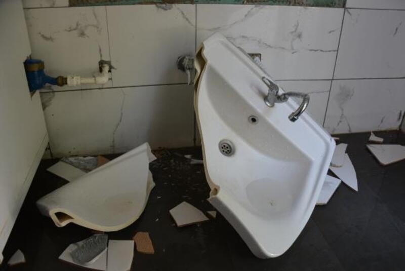 Belediyenin yaptırdığı kafe ve bakkalların tuvaletlerine zarar verildi