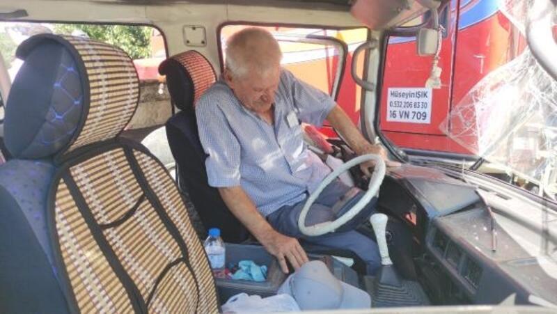 Kamyona çarpan minibüsün sürücü araçta sıkıştı