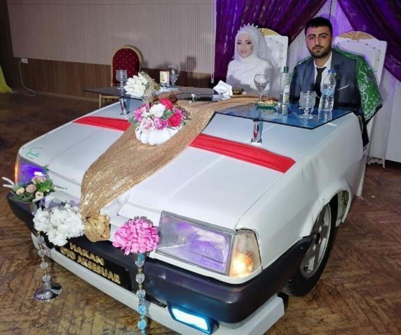 Damat, hurda aracın ön tarafından gelin masası yaptı
