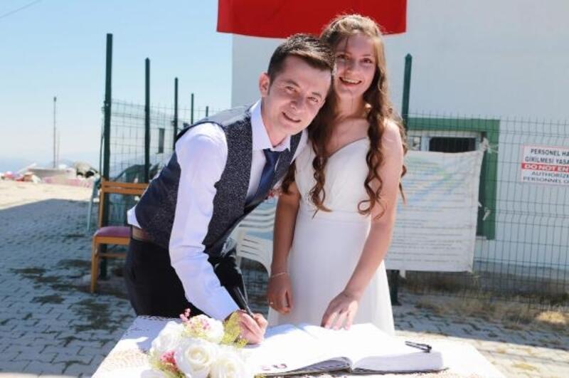 Dağın zirvesinde 2 bin 140 metrede nikah kıydılar