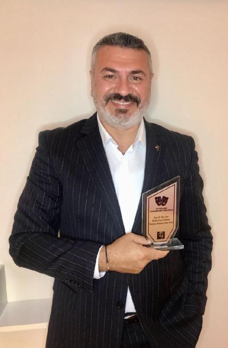 BUÜ'lü akademisyene Tiyatroya Akademik Katkı Ödülü