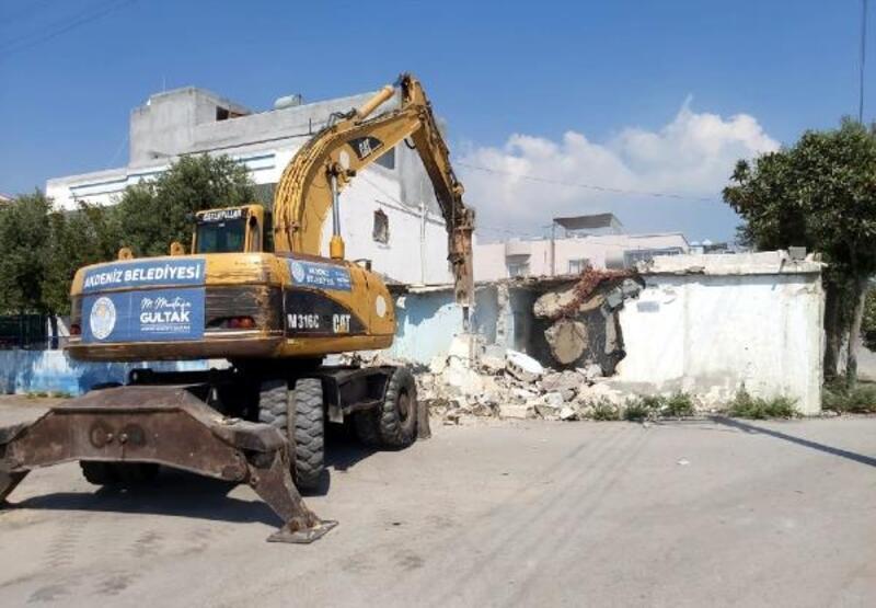 Akdeniz'de metruk yapıların yıkımına devam ediliyor