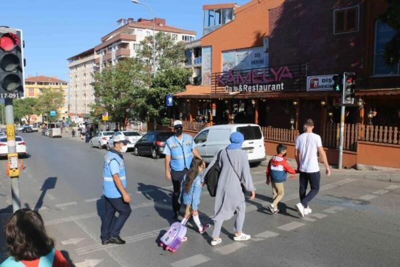 Öğrencilerin güvenliği için okul önlerinde trafik uygulaması