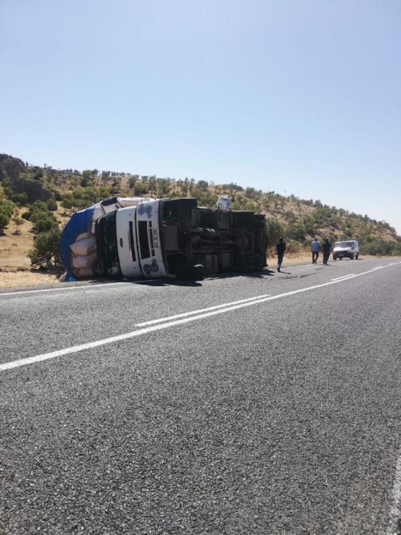Saman yüklü kamyon devrildi, sürüsü yaralandı
