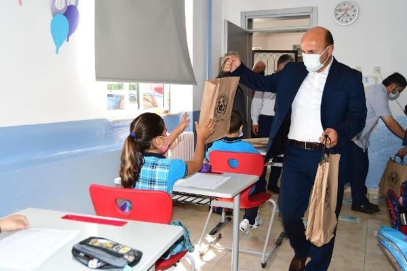 Altınova Belediyesi, ilkokul öğrencilerine kırtasiye malzemeleri hediye etti