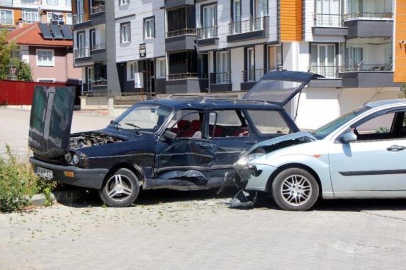 2 otomobil kavşakta çarpıştı: 2 yaralı