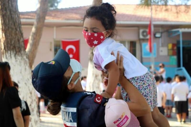 İzmir'de jandarma ekipleri okul çevresinde denetim yaptı