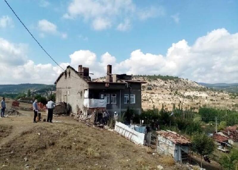 Kütahya'da yıldırım düşen 2 katlı ev yandı