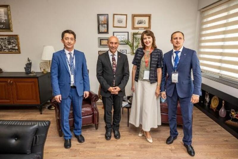 Başkan Soyer, Kültür Zirvesi'nda yabancı konuklarla buluştu