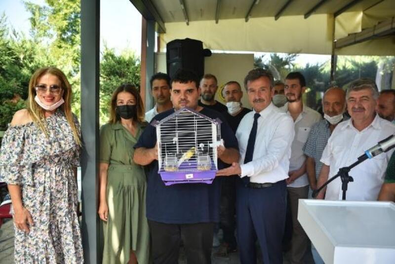 Bursa'da engelli çocuklara kuş hediye edildi