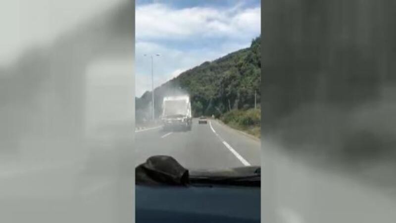 Çöp kamyonu, seyir halindeyken alev aldı