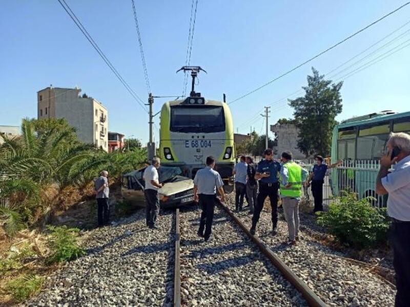 Trenin çarptığı otomobilin sürücüsü hastanelik oldu