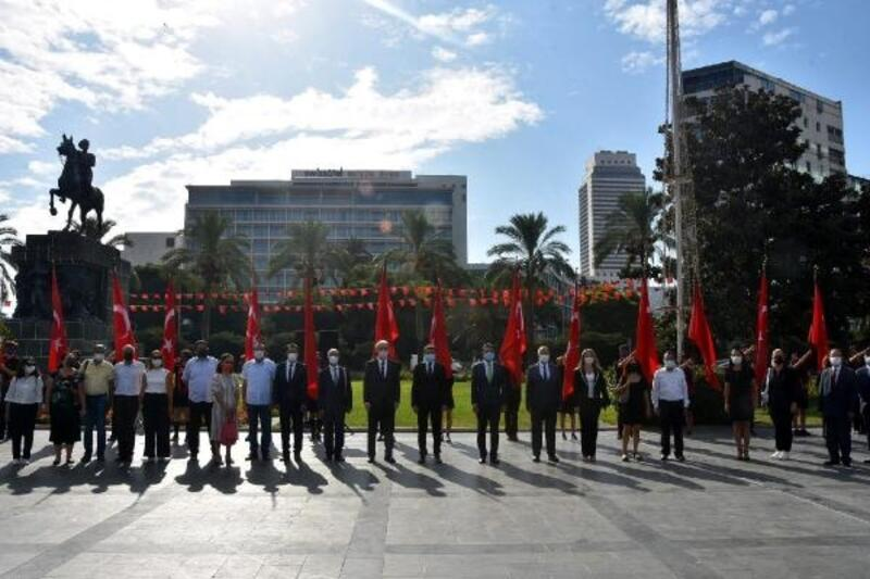 İzmir'de eğitimde yeni yıl için çelenk töreni