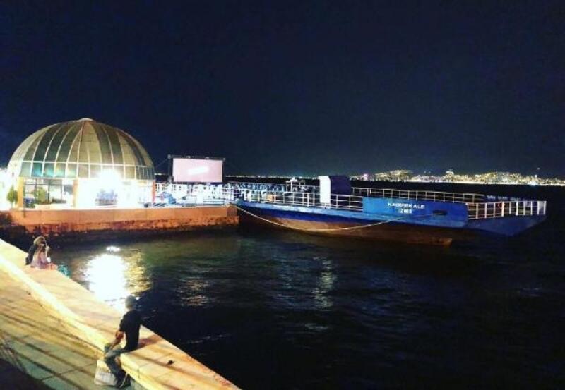İzmirliler denizde sinemayı çok sevdi
