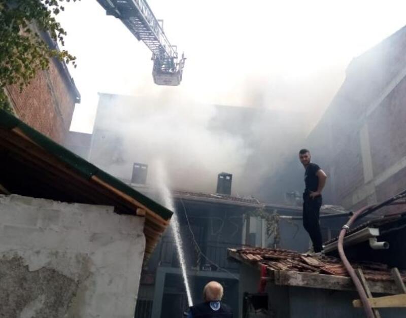Salça yapmak için yakılan ateş kömürlüğe sıçradı