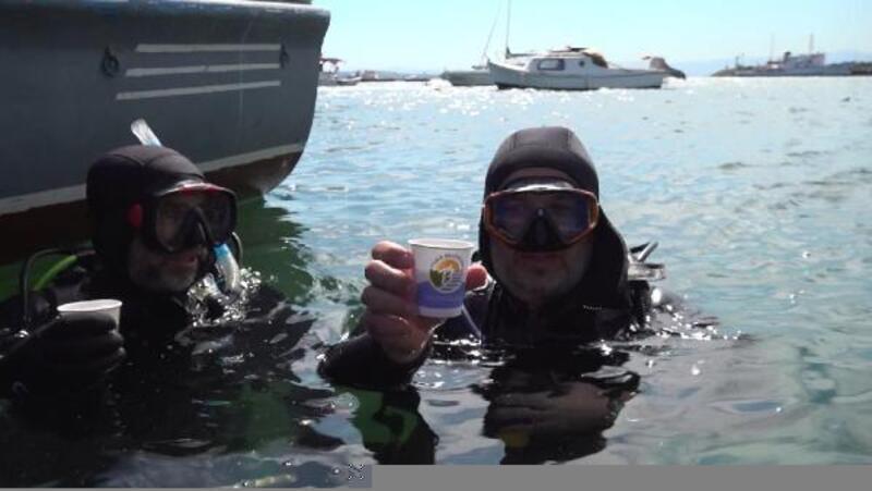 Müsilajdan arındırılan Tuzla denizinde dalgıçlar çay keyfi yaptı