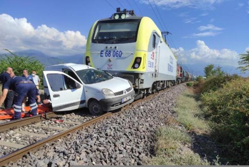 Kontrolsüz geçitten geçerken tren çarptı; 2 kişi yaralandı