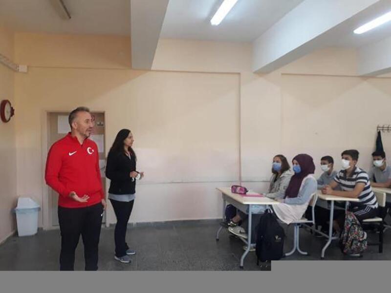 Yıldız Kadınlar Boks Milli Takım Antrenörü Çınar, öğrencilere boksu anlattı