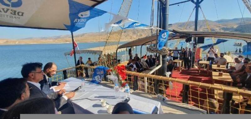 İlçe kongresini teknede yaptılar